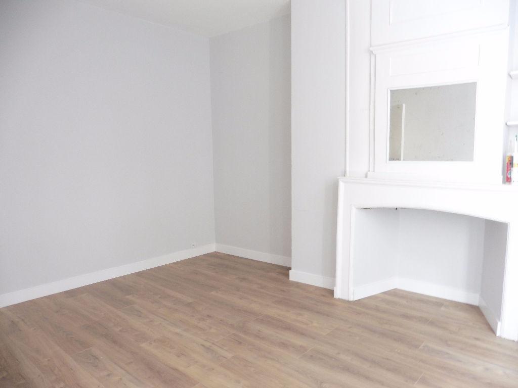 Location appartement 59000 Lille - Studio non meublé de 24m² refait à neuf rue de Pierre Mauroy